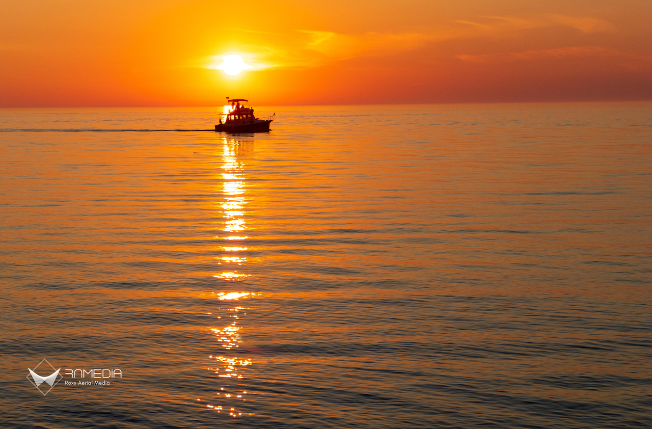 Fishing boat at sunset (photo)